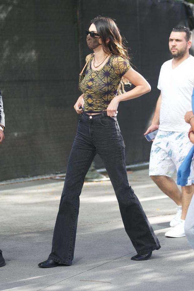 Фото №3 - Кендалл Дженнер показывает, как выглядят самые модные джинсы этого и следующего сезона