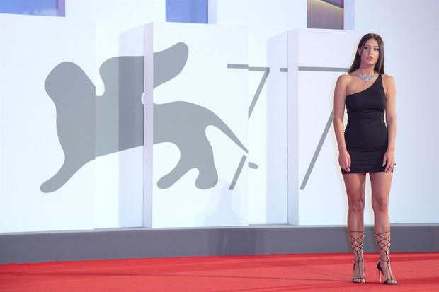 Фото №2 - Самая дерзкая в Венеции: парижанка Адель Экзаркопулос в максимально провокационном мини-платье и очень смешном кино