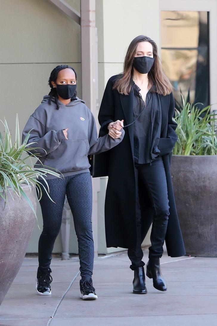 Фото №3 - Узкие джинсы + объемное пальто: Анджелина Джоли на прогулке с дочерью