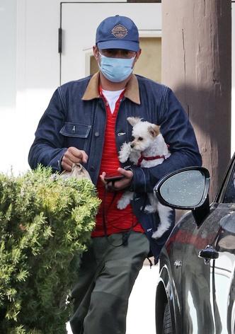 Фото №2 - Нежность зашкаливает: Орландо Блум в обнимку с щенком на прогулке