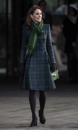 Фото №5 - Теплый прием: как герцогиня Кейт носит шарфы