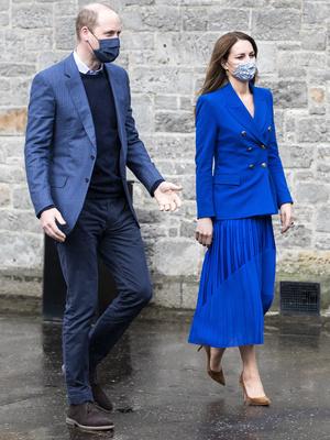 Фото №2 - Клетка, джинсы и костюмы: все наряды герцогини Кейт в туре по Шотландии