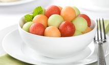 Салат из арбуза и дыни с моцареллой