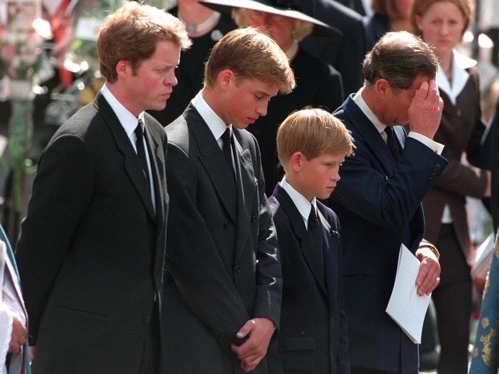 Фото №2 - Как смерть принцессы Дианы изменила отношение британцев к Королеве