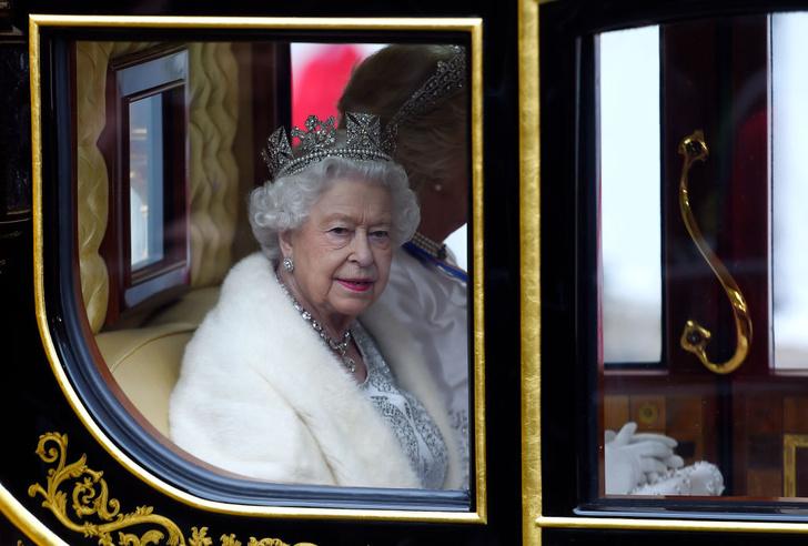 Фото №1 - Черные баннеры, запрет ретвитов и речь принца Чарльза: опубликованы детали похорон королевы Елизаветы, хотя она умирать не собирается