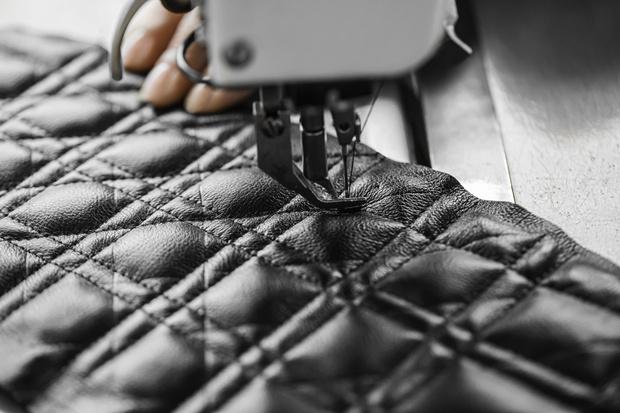 Фото №3 - Новая классика: как создается сумка Dior Caro