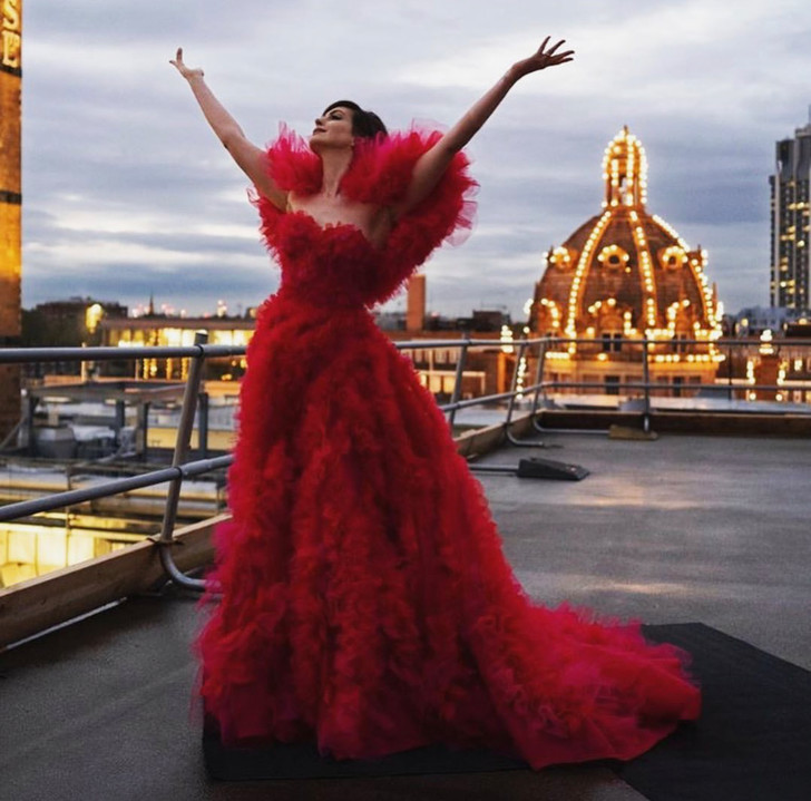 Фото №2 - Кутюр, по которому мы скучали: «ведьма» Энн Хэтэуэй в малиновом платье Ralph & Russo