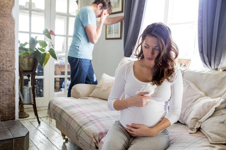 Фото №2 - «Ты обабилась и сопишь, как корова!»: как мужья травят жен после родов