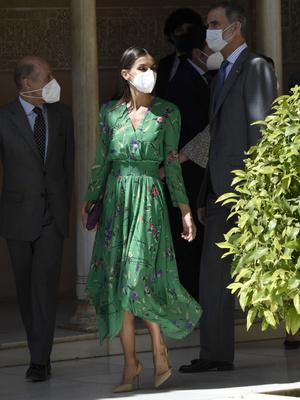 Фото №2 - Платье Maje, серьги TOUS и другие составляющие образа королевы Летиции