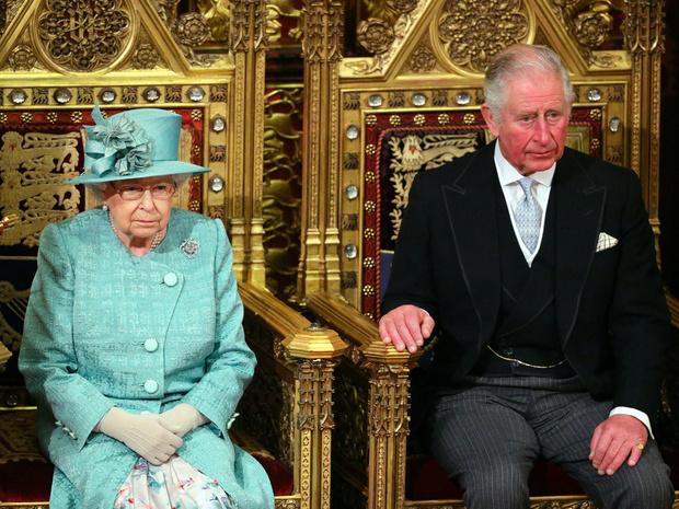 Фото №1 - Секреты короны: могла ли Королева тайно «убрать» Чарльза из линии престолонаследия