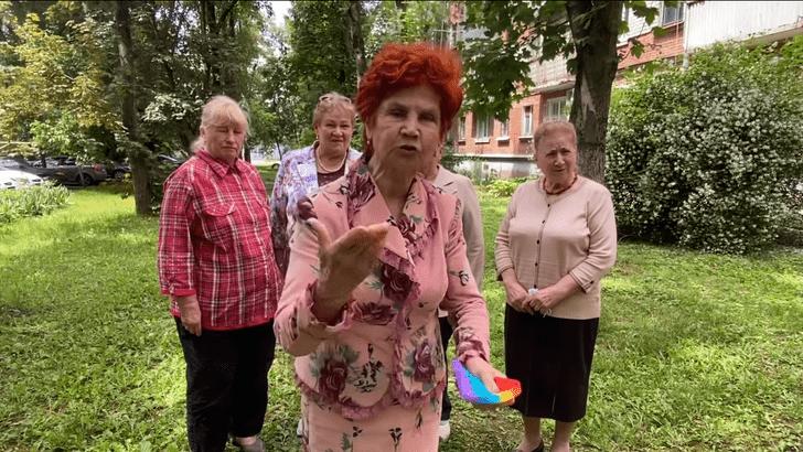 Фото №1 - «Сидят, руками трут, мнут»: активистки «Отрядов Путина» ополчились на детскую игрушку поп-ит (видео)