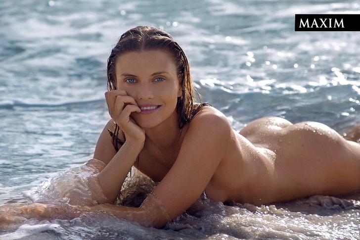 Фото №1 - Девушка на Кубе: ведущая телеканала «Пятница» Катя Бобкова снялась для MAXIM