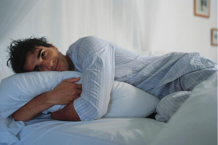 Фото №1 - Врач рассказал, почему тебе лучше спать одному