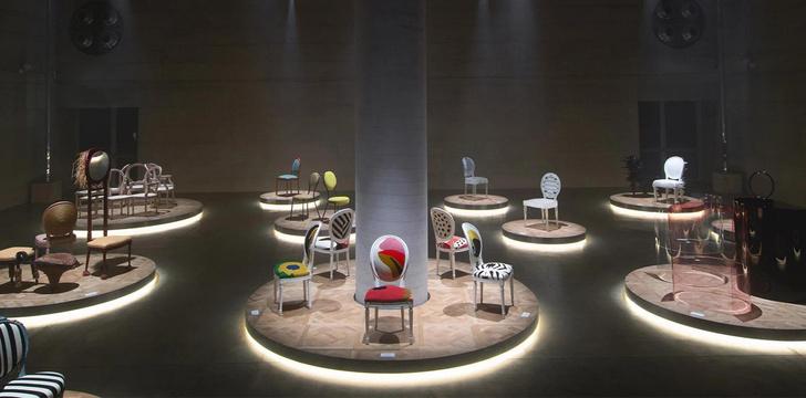 Фото №1 - 17 художников и дизайнеров переосмыслили знаменитый стул-медальон Dior