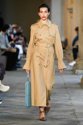 Фото №8 - Идеально скроенные пальто, самые стильные тренчи и брючные костюмы на показе Max Mara