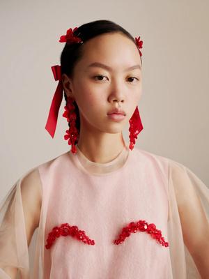 Фото №1 - Red spring: заколки с цветами Simone Rocha x H&M