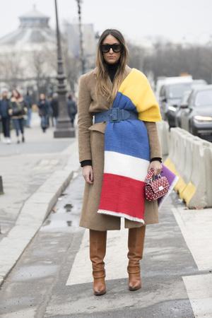 Фото №9 - Как носить объемный шарф и не утонуть в нем: 6 модных приемов