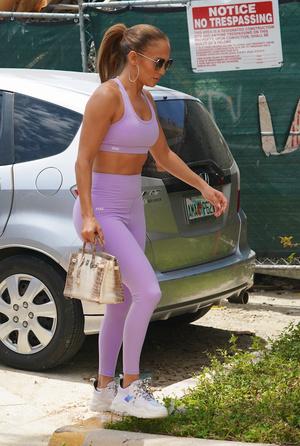 Фото №2 - Лавандовый— самый модный цвет сезона. Джей Ло показывает самый правильный оттенок