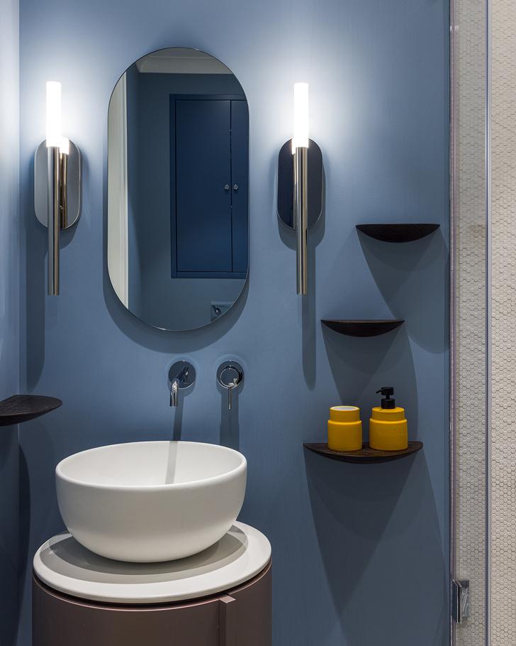 Ванная комната мальчиков. Краска для влажных помещений от Little Greene. В душевой— мозаика Phenomenon от Mutina.