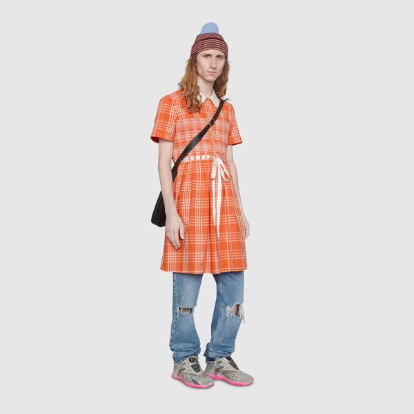 Фото №1 - И мне такое, но с перламутровыми пуговицами: Gucci выпустил платье для мужчин