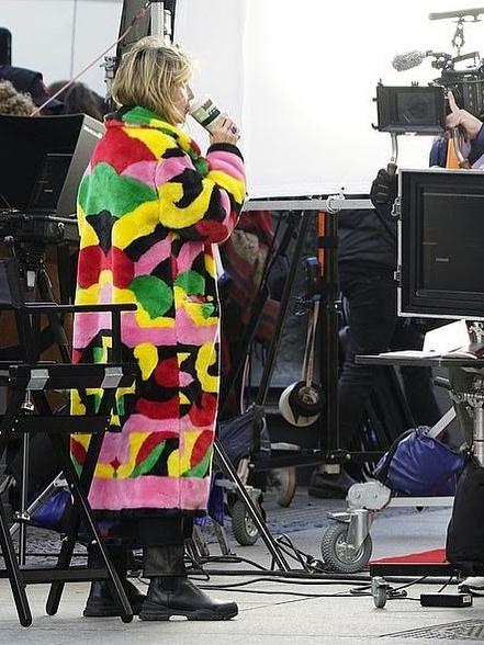 Фото №2 - Модная битва: Хайди Клум и Сара Джессика Паркер в суперъярких пальто