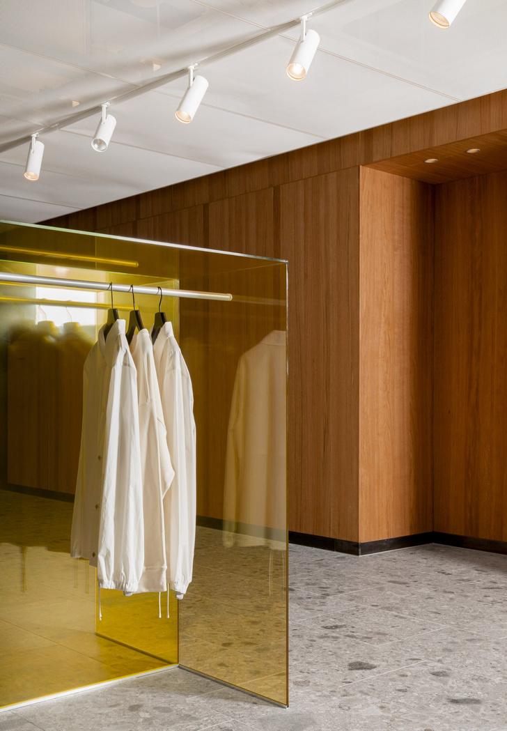 Фото №7 - Магазин мужской одежды по проекту Norm Architects