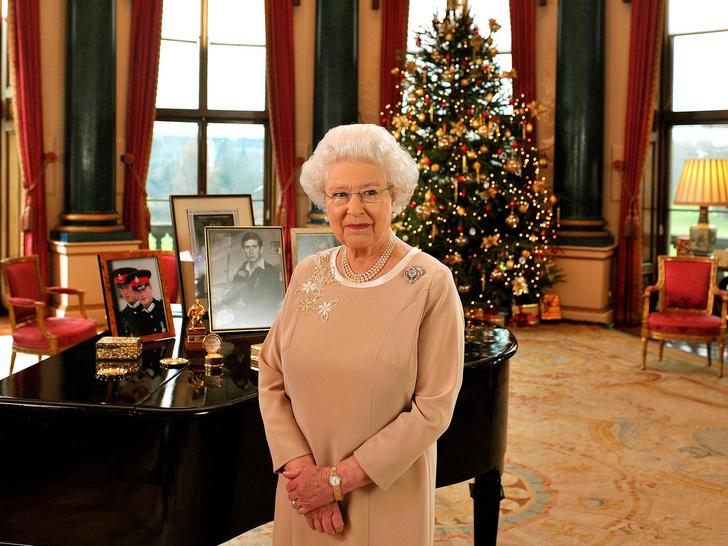 Фото №2 - Почему Королева всегда делает макияж сама (кроме одного раза в году)