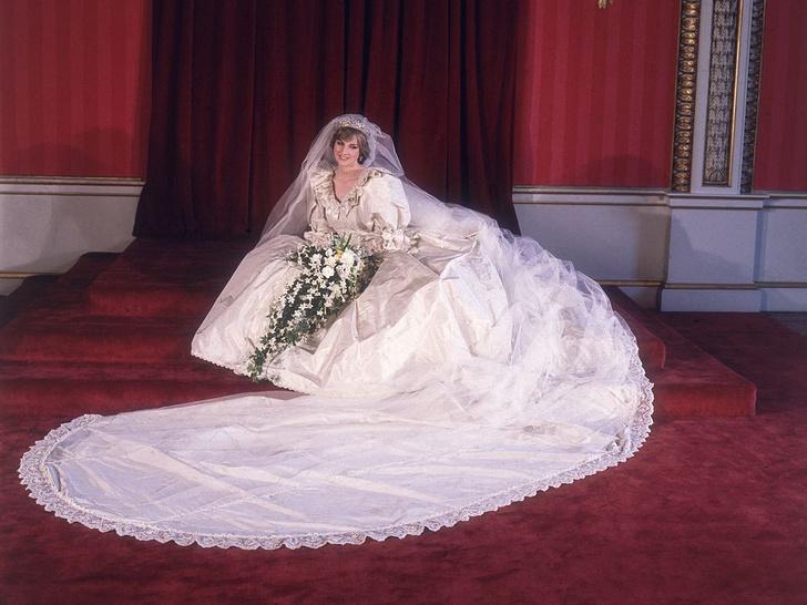 Фото №2 - Секрет невесты: почему Диане пришлось скрывать свое второе свадебное платье от Виндзоров