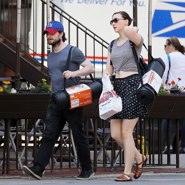 Фото №1 - Йога и шопинг: Рэдклифф наслаждается простой жизнью