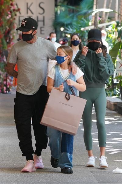 Фото №14 - Как выглядят Виктория и Дэвид Бекхэмы на улице, когда думают, что их никто не видит