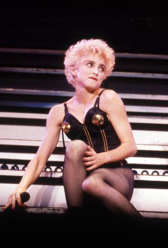 Фото №5 - Королева провокаций: 10 скандальных нарядов Мадонны, которые изменили моду