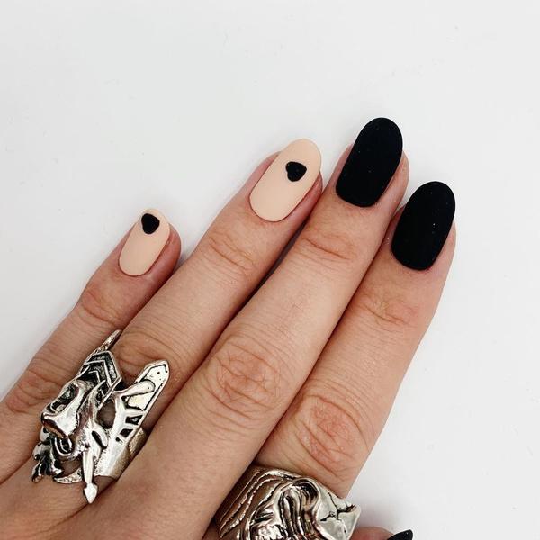 Фото №7 - Черный маникюр: 10 крутых идей для ногтей любой длины