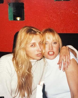 Фото №9 - Кожанка, фиолетовая помада, брови-ниточки: 7 «приветов» из 1990-х годов, которые Бондарчук пропагандирует сейчас