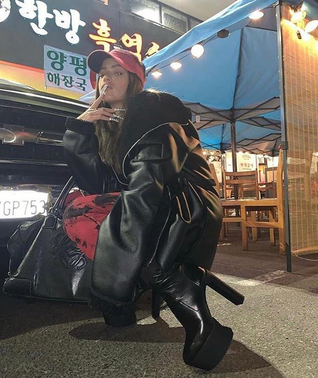 Фото №1 - Объемная куртка, сапоги на платформе и блестящий маникюр: как Розалия встречает осень