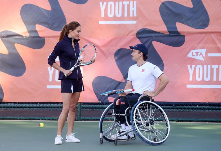 Фото №3 - Пока мир обсуждает беременность Кейт Миддлтон, она в мини-юбке играет в теннис