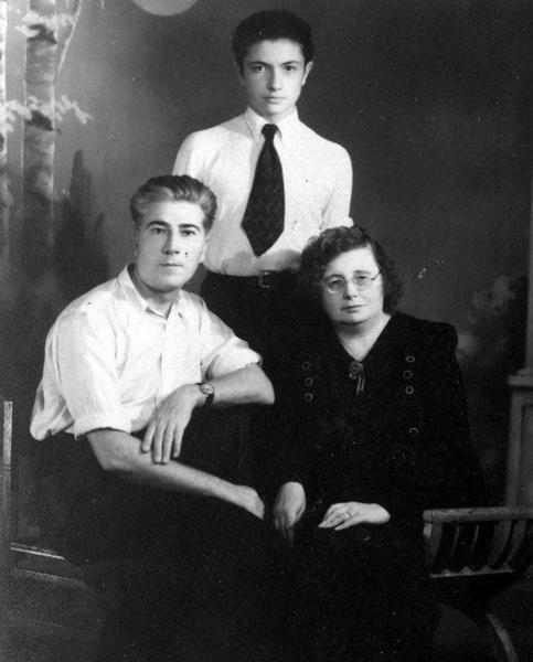 Фото №8 - «В 16 лет ушел на фронт, горел, 14 часов пробыл в воде»: Водянова, Лопырева и другие звезды вспоминают подвиги своих предков на фронте