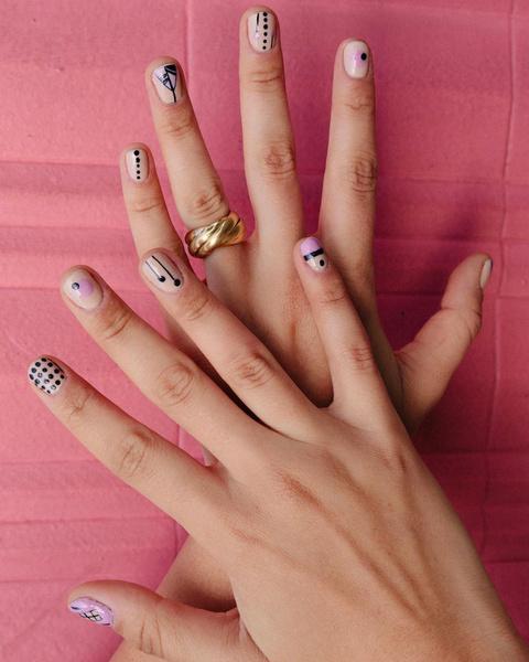 Фото №6 - Абстрактный маникюр: самые необычные дизайны для ногтей любой длины
