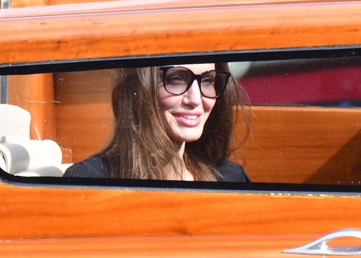 Фото №5 - Анджелина Джоли в Венеции с красивым незнакомцем и в любимом тренче