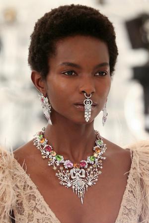 Фото №1 - Микротренд осени 2021: очень заметный пирсинг в носу, как на показе Gucci x Balenciaga