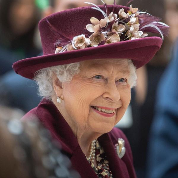 Фото №2 - Улыбка сквозь слезы: снимок с принцем Филиппом в аккаунте королевы заменили фотографией радостной Елизаветы
