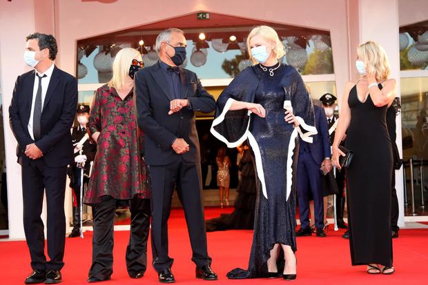 Фото №1 - Кейт Бланшетт, Тильда Суинтон и другие звезды открыли 77-й Венецианский кинофестиваль