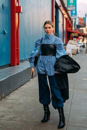 Фото №8 - Этой весной носим кожаный бра-топ как у Чарли Д'Амелио 😍