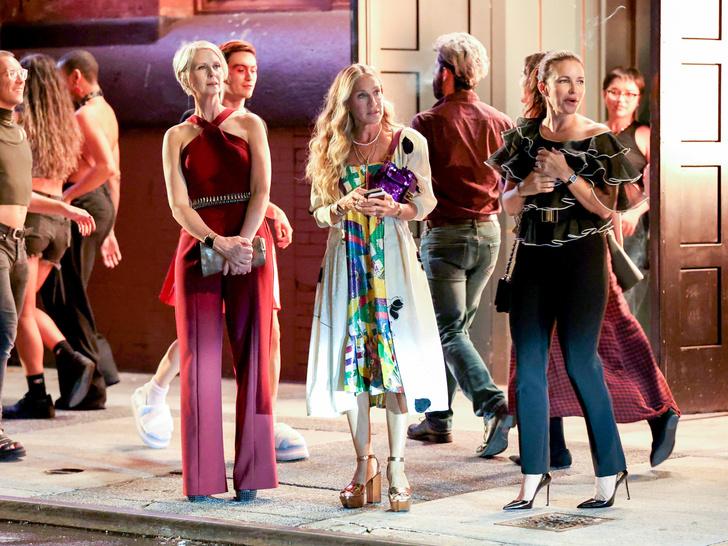 Фото №1 - Кэрри, Шарлотта и Миранда спешат на вечеринку на новых кадрах со съемочной площадки продолжения «Секса в большом городе»