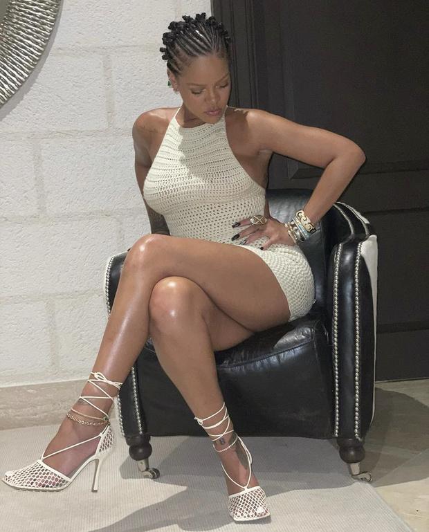 Фото №2 - Вязаное мини-платье— самая модная покупка этого лета: посмотрите на Рианну и убедитесь в этом сами