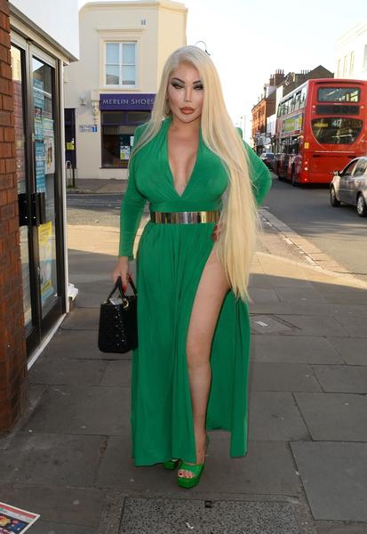 Фото №19 - Инстадивы позавидуют: Живой Кен гуляет в платье, на которое смотрят все