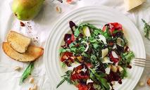 Легкий салат с грушей, рукколой и сыровяленой ветчиной