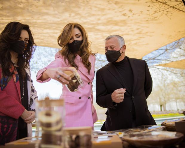 Фото №4 - Королева Рания в костюме Calvin Klein оттенка сахарной ваты