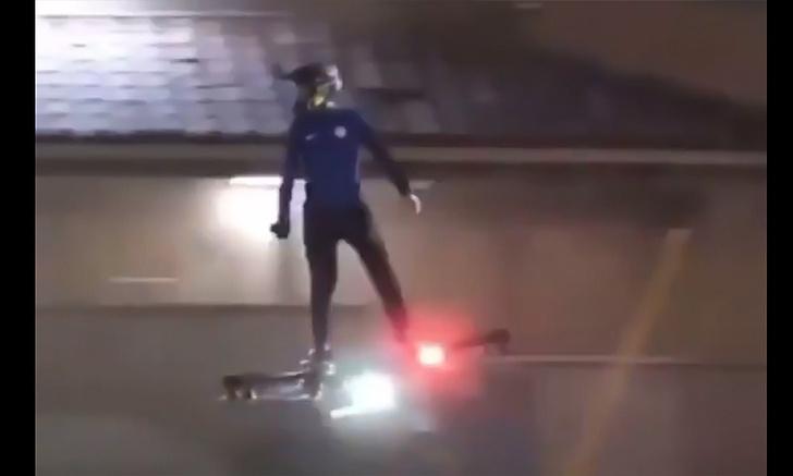 Фото №1 - Летящий по городу на ховерборде человек снят на видео очевидцами