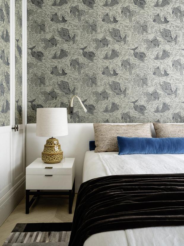 <p>Гостевая спальня. Обои, Pierre Frey, кровать сделана на заказ, тумбочка, Minotti, лампа, Porta Romana, покрывало, Laluna shop.</p>