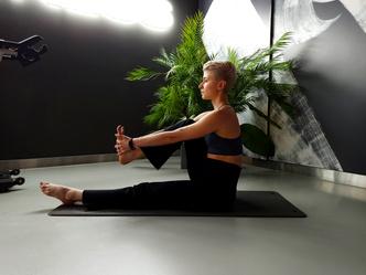 Фото №4 - Простые упражнения для растяжки, которые помогут сесть на шпагат за 60 дней
